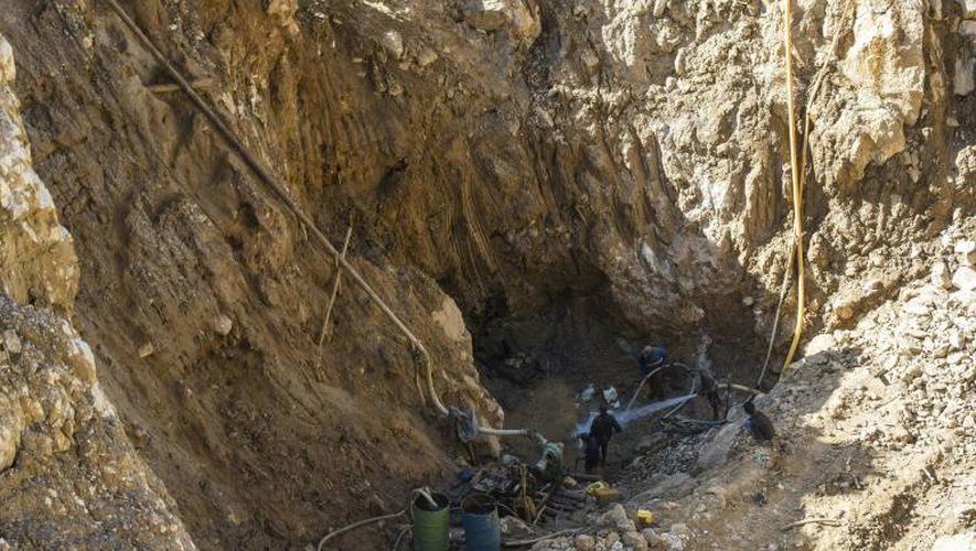 Des mineurs à la recherche de rubis dans une mine à Mogok, nord de Mandalay, le 25 novembre 2016