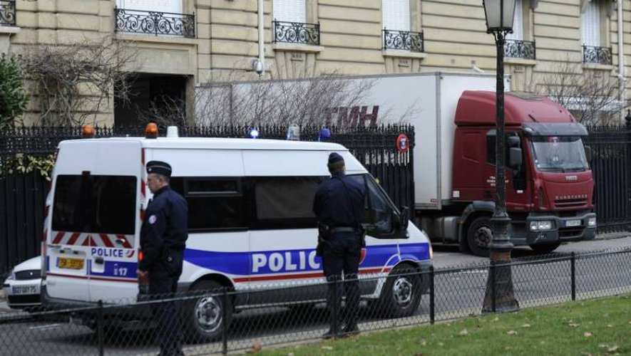 Des policiers et un camion de déménagement à l'entrée d'un appartement de Teodorin Obiang Mangue avenue Foch le 14 février 2012 à Paris