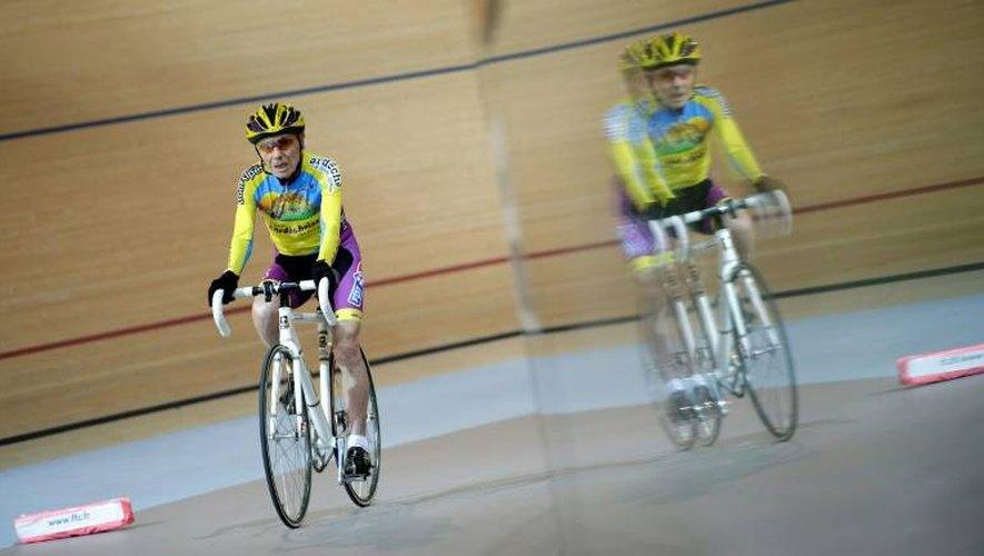 Robert Marchand, alors âgé de 102 ans, le 31 janvier 2014 lors de sa tentative du record de l'heure au vélodrome de Saint-Quentin-en-Yvelines