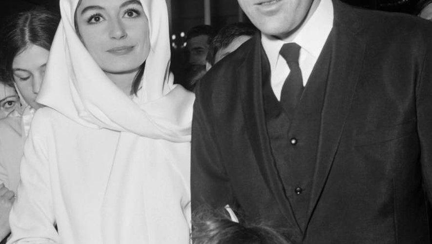 Anouk Aimée et Pierre Barouh lors de leur mariage à la synagogue, le 20 avril 1966 à Paris