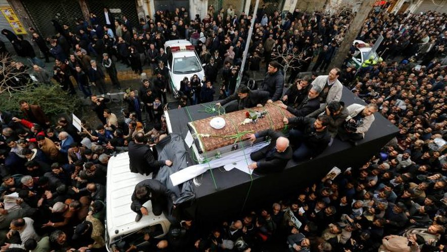 Des milliers d'Iraniens accompagnent le cercueil de l'ancien président Rafsandjani lors de ses funérailles, le 10 janvier 2017 à Téhéran
