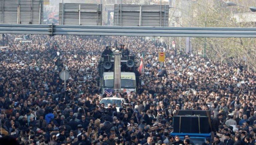 Des centaines de milliers d'Iraniens accompagnent le cercueil de l'ancien président Akbar Hachémi Rafsandjani lors de ses funérailles, le 10 janvier 2017 à Téhéran