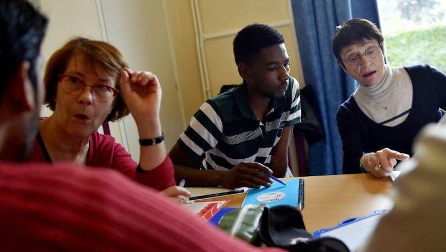 Des cours de français donnés par des bénévoles à des migrants le 4 janvier 2017 à Saint-Brévin