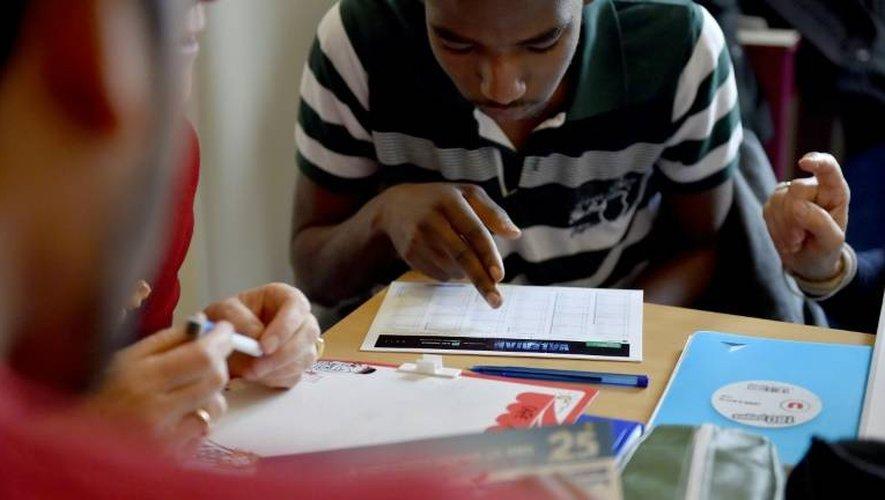 Un migrant pendant un cours de français donné par des bénévoles à des migrants le 4 janvier 2017 à Saint-Brévin