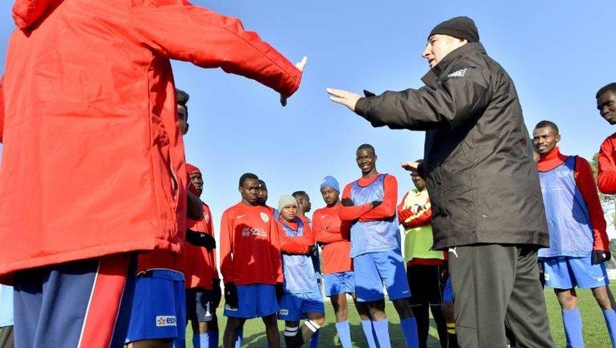 L'ancien entraîneur du Stade Malherbe de Caen, Pascal Théault, lors d'une séance d'entraînement avec des migrants le 4 janvier 2017 à Saint-Brévin