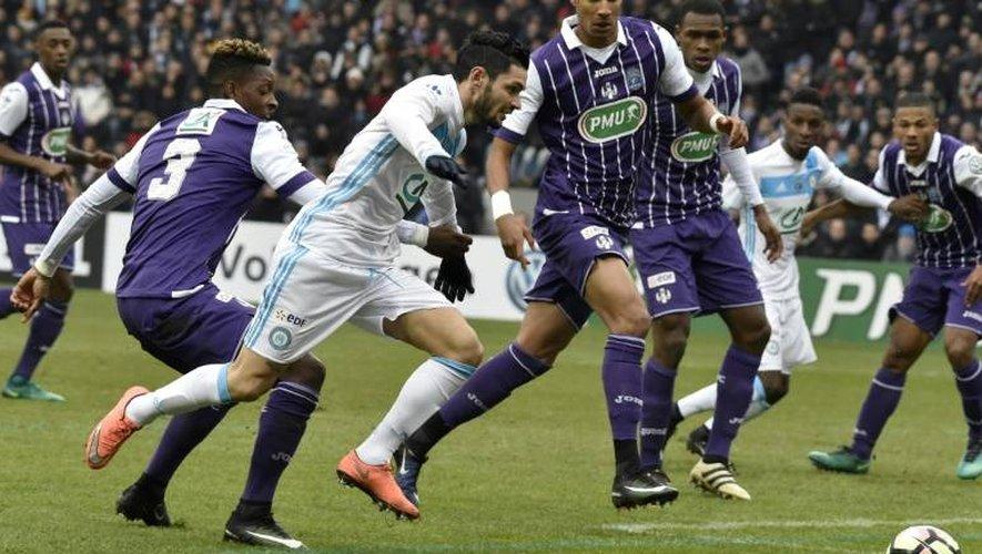 Le milieu d Marseille Rémy Cabella (c) à la lutte avec le défenseur de Toulouse Jacques François Moubandje (g) en Coupe de France, le 8 janvier 2017 à Toulouse