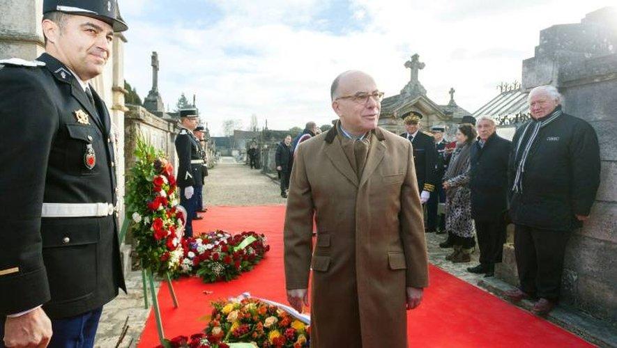 Le Premier ministre Bernard Cazeneuve (c) devant le caveau familial de François Mitterrand, le 8 janvier 2017 à Jarnac, en Charente