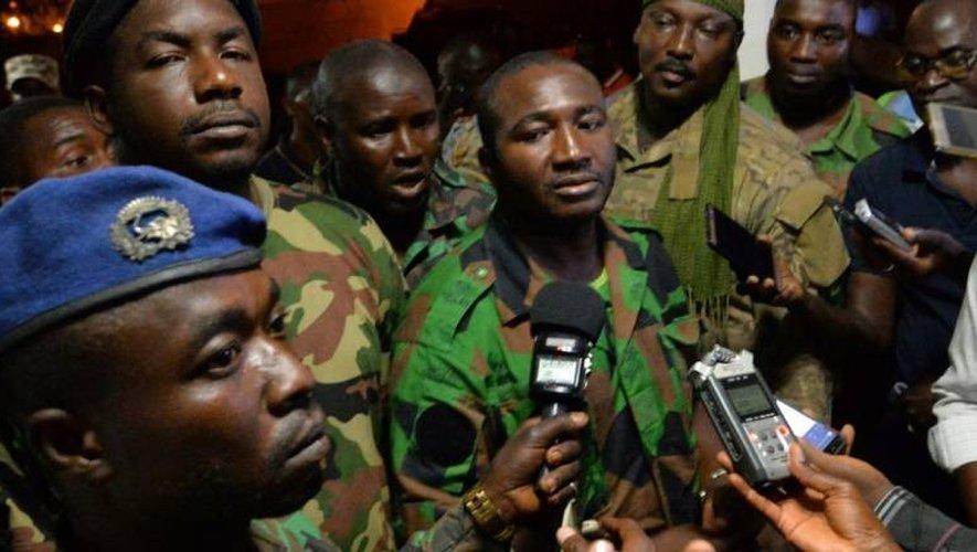 Issiaka Ouattara (c) le porte-parole des soldats mutins s'adresse aux journalistes après avoir négocié avec le ministre de la Défense, le 7 janvier 2017 à Bouaké