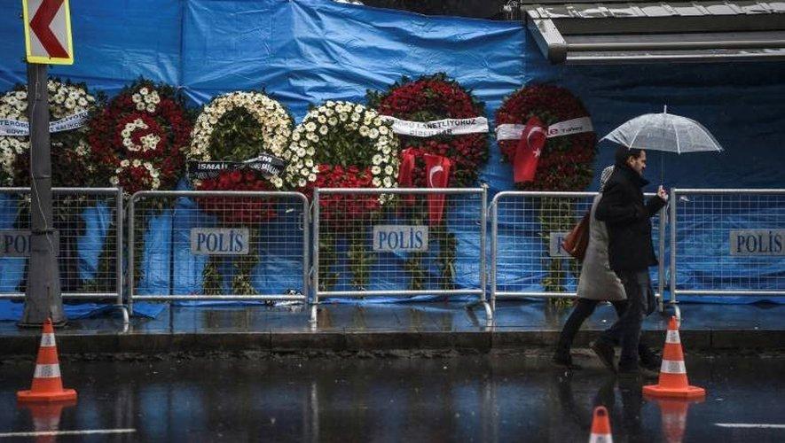 Hommage devant la discothèque Reina, le 5 janvier 2017 à Istanbul, quelques jours après l'attentat qui a fait 39 morts