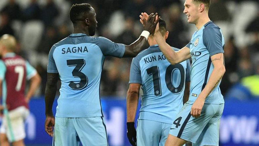 Les défenseurs de Manchester City Bacary Sagna et John Stones, le 6 janvier 2017 lors de la victoire en Coupe d'Angleterre face à West Ham au London Stadium