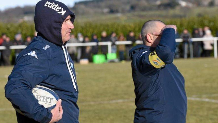 Fabrice Landes (avec le ballon) et Eric Viarouge, les entraîneurs du SCD, ont assisté impuissants ou presque à la déroute des leurs dimanche.
