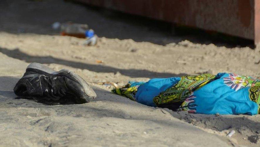 Une chaussure sur la plage voisine de la discothèque Blue Parrot, à Playa del Carmen au Mexique, le 16 janvier 2017.