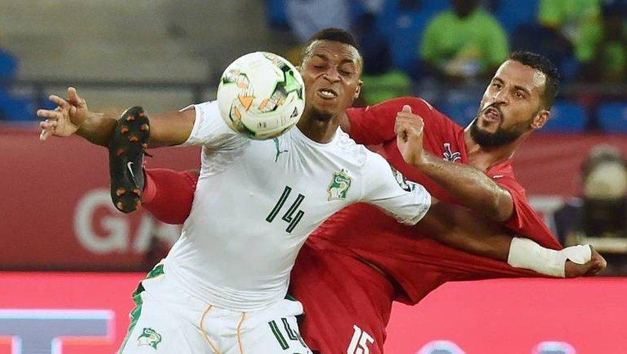 L'attaquant de la Côte d'Ivoire Jonathan Kodjia (g) à la lutte avec le milieu du Togo Alaixys Romao lors de la CAN, le 16 janvier 2017 à Oyem