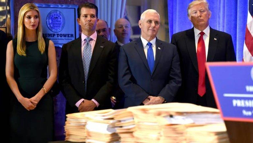A la droite de Donald Trump, son vice-président, Mike Pence, son fils Donald Jr et sa fille sa fille Ivanka, le 11 janvier 2017 à New-York