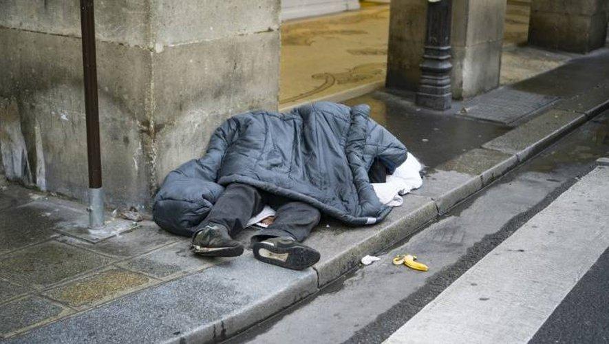 Un sans-abri à Paris alors qu'une vague de froid frappe l'Europe, le 8 janvier 2017