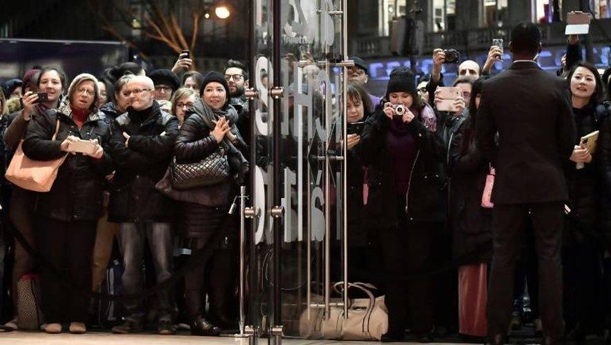 Des clients à l'entrée d'un grand magasin le 11 janvier 2017 à Paris, au premier jour des soldes d'hiver