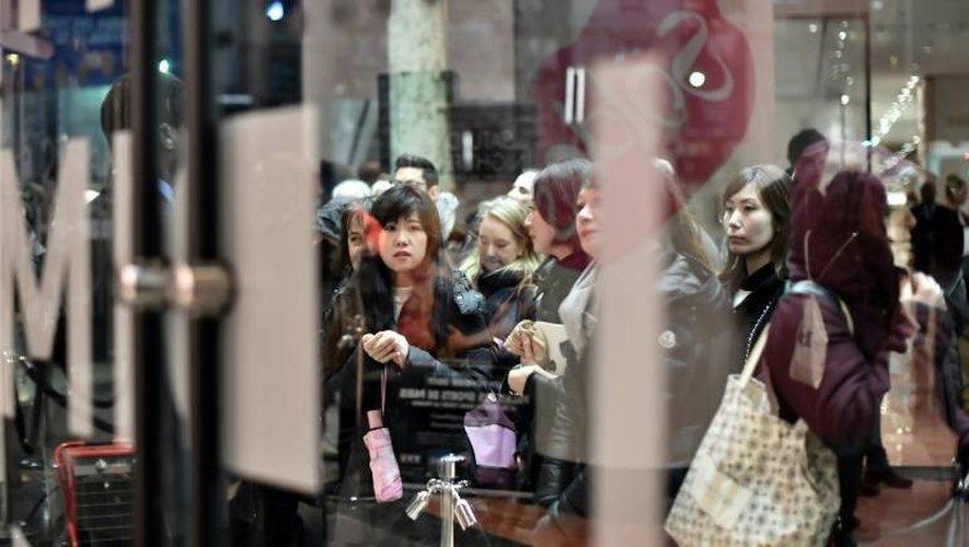Des anonymes à l'entrée d'un grand magasin d'un grand magasin au premier jour des soldes le 11 janvier 2017 à Paris