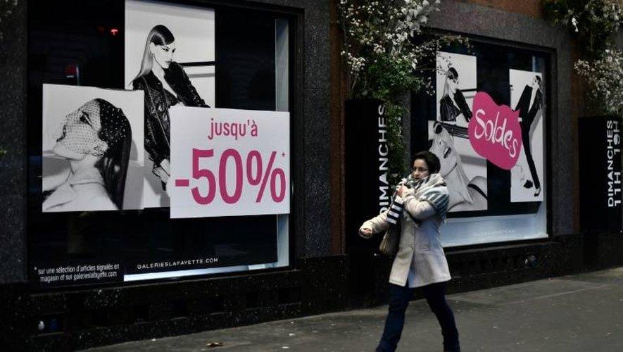 La vitrine d'un grand magasin au premier jour des soldes le 11 janvier 2017 à Paris