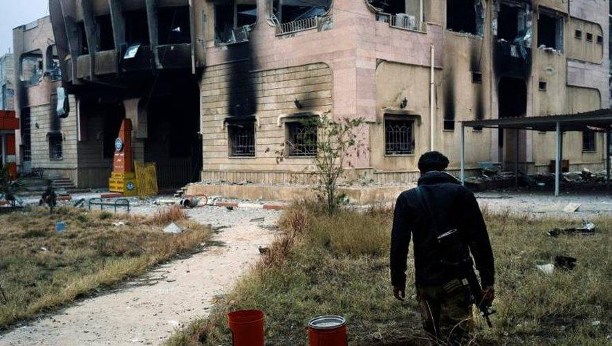 Un Irakien des forces d'élite du contre-terrorisme devant un bâtiment de l'université de Mossoul, le 15 janvier 2017