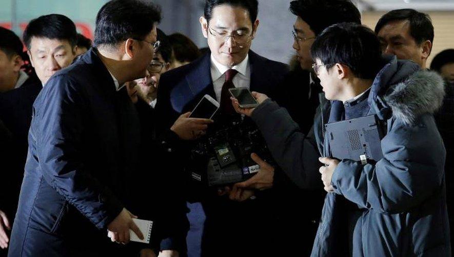 L'héritier du géant sud-coréen Samsung, Lee Jae-Yong (c), à son arrivée au bureau des enquêteurs pour être entendu dans un scandale de corruption, le 12 janvier 2017 à Séoul