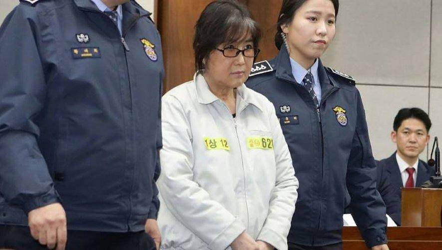 Choi Soon-Sil (c), accusée de corruption, à son arrivée au tribunal de Séoul, le 5 janvier 2017