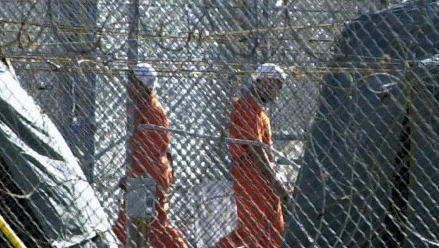 Des détenus le 10 février 2002 dans la prison militaire américaine à Guantanamo