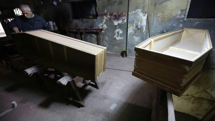 A Tripoli au Liban, le dernier fabricant de cercueil artisanal de la ville, Michel Homsi, en plein travail, le 21 décembre 2016