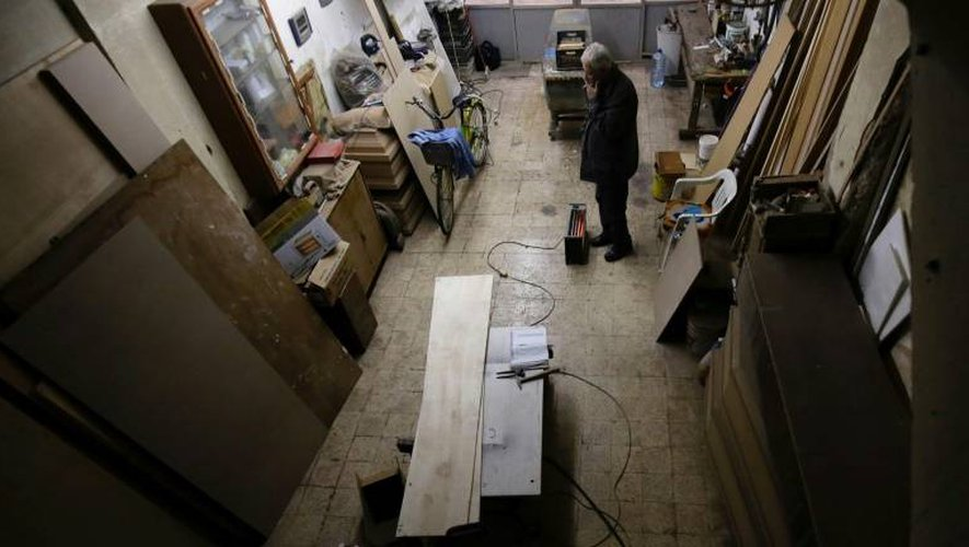 Le dernier fabricant de cercueil artisanal de Tripoli, au Liban, Michel Homsi, dans son atelier le 21 décembre 2016