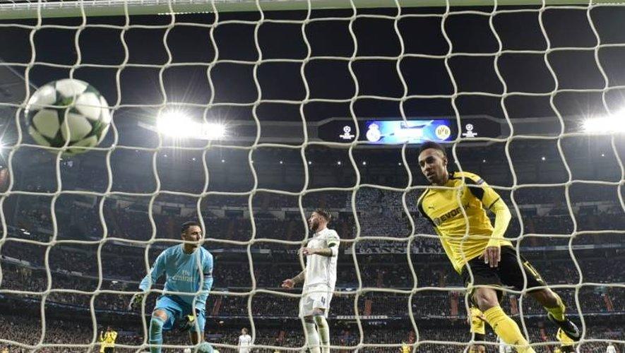 L'attaquant gabonais de Dortmund Pierre-Emerick Aubameyang marque à Madrid face au Real, le 7 décembre 2016 au stade Santiago Bernabeu