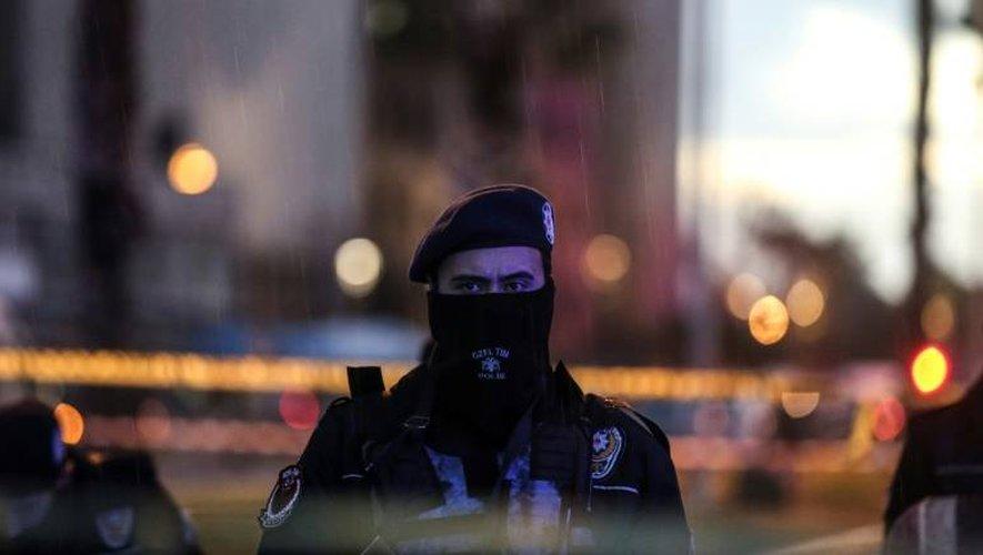 Un policier sur le site d'une attaque à la voiture piégée, le 5 janvier 2017 à Izmir en Turquie