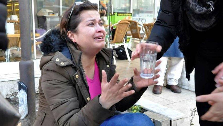 Une femme reçoit un verre d'eau à proximité du lieu de l'explosion de la voiture piégée près du tribunal d'Izmir en Turquie, le 5 janvier 2017