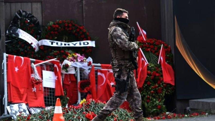 Un membre des forces spéciales turques surveille le périmètre autour de la discothèque Reina à Istanbul,, le 4 janvier 2017
