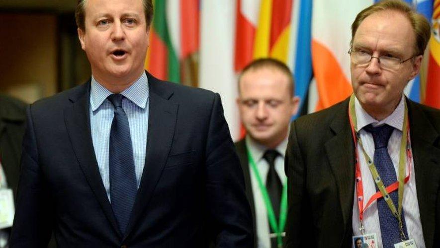 L'ambassadeur britannique auprès de l'Union européenne Ivan Rogers (D) avec l'ancien Premier ministre britannique David Cameron (G) à Bruxelles le 19 février 2016