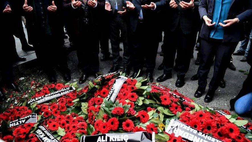 Des élus du principal parti d'opposition turc, le CHP, prient devant la discothèque Reina, le 4 janvier 2016 à Istanbul