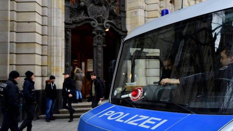 Des policiers sécurisent l'entrée de la Cour suprême à Berlin où comparait un Syrien demandeur d'asile et accusé d'être jihadiste,le 4 janvier 2016