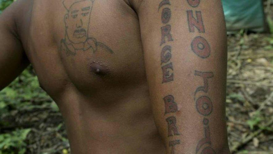 """Un combattant des Farc montre ses tatouages faisant allégance à Jorge Briceno, ancien responsable des Farc, alias """"Mono Jojoy"""", depuis le campement des Farc à Vegaez, le 2 janvier 2017"""