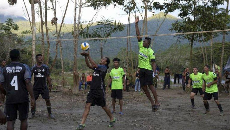 Des anciens combattants des Farc jouent au volleyball depuis le campement des Farc à Vegaez, le 2 janvier 2017