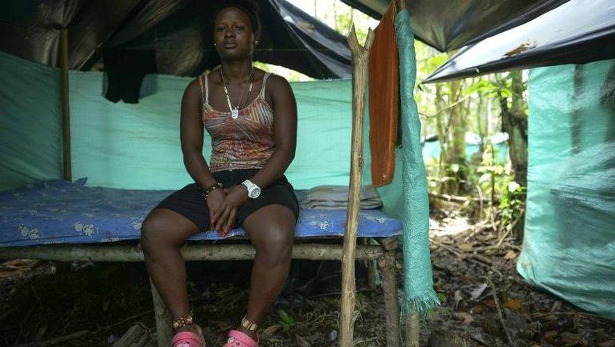 Mileidy, ancienne combattante des Farc, blessée lors du conflit il y a deux ans, pose pendant son entretien avec l'AFP, le 2 janvier 2017 depuis le campement des Farc à Vegaez, le 2 janvier 2017