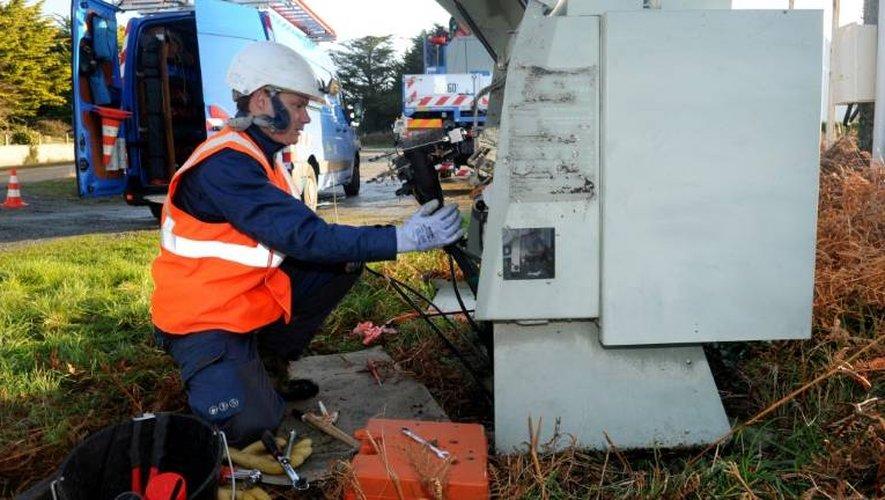 Un technicien d'Enedis répare un transformateur endommagé par la tempête le 13 janvier 2017 à Tregung