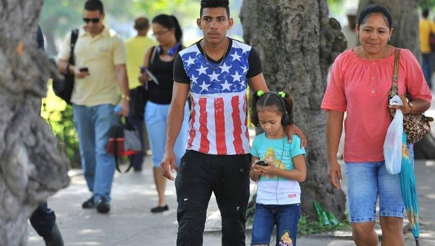 Un Cubain porte un t-shirt aux couleurs du drapeau américain dans une rue de La Havane, le 19 juillet 2016