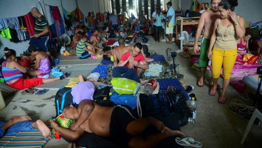 Des Cubains attendant dans un centre d'accueil à Turbo, en Colombie, le 14 juin 2016 après la décision du Panama de fermer sa frontière avec la Colombie pour bloquer le flot de Cubains voulant rejoindre les Etats-Unis