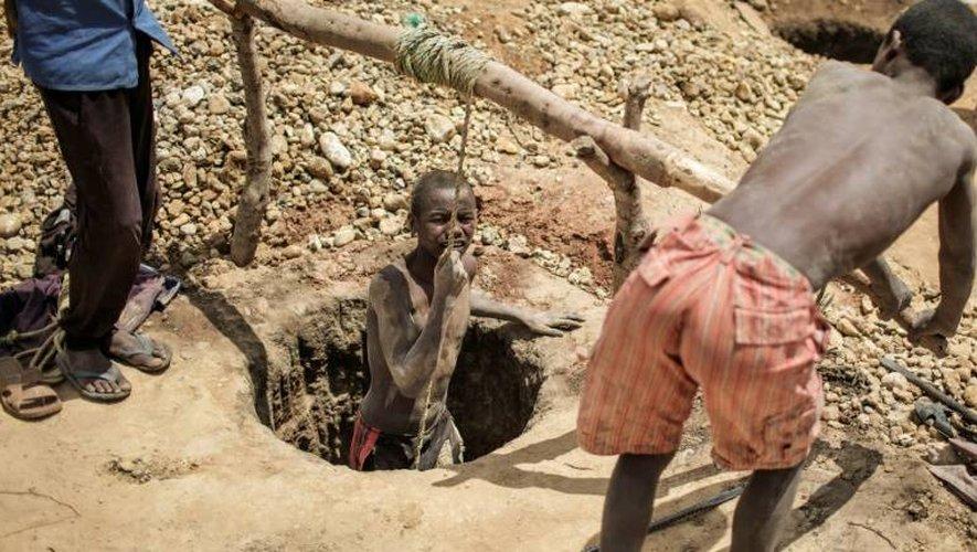 Un mineur remonte d'un trou à la recherche de saphirs dans la région de Sakaraha (Madagascar), le 2 décembre 2016