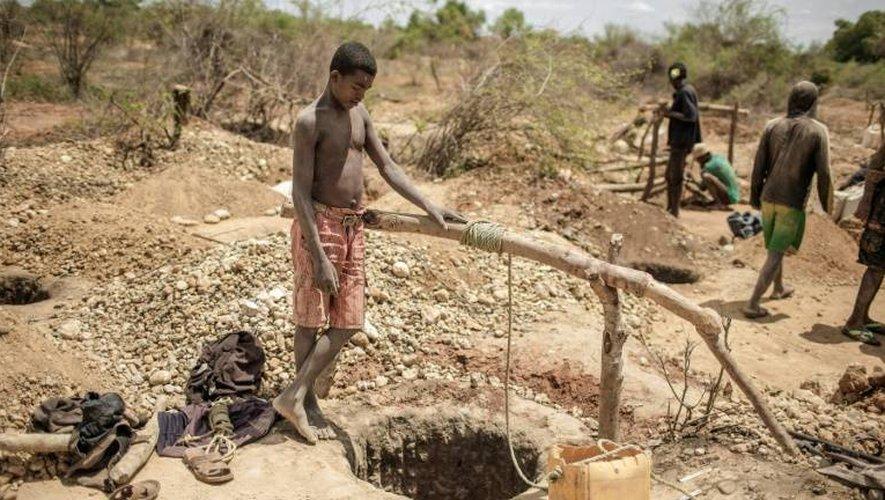 Des mineurs malgaches près des trous où ils vont s'engouffrer à la recherche de saphirs, le 2 décembre 2016, dans les environs de Sakaraha