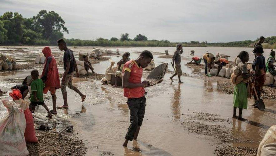 Des Malgaches tamisent la terre à la recherche de saphirs dans la région de Sakaraha, le 2 décembre 2016