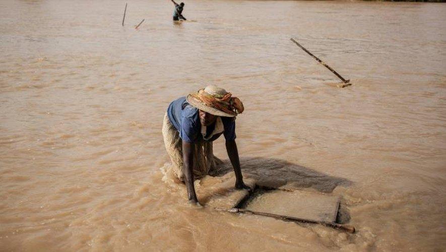 Un mineur tamise la terre à la recherche de saphirs, le 2 décembre 2016 dans les environs de Sakaraha