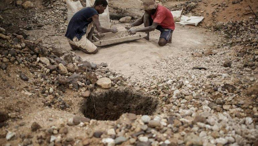Des mineurs malgaches à la recherche de saphirs, dans un gisement près de Sakaraha, le 2 décembre 2016