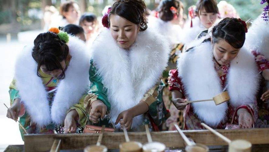 Des foules de jeunes femmes en kimonos sont allées prier au sanctuaire Meiji à Tokyo, niché au sein d'une véritable forêt en plein coeur de la ville.
