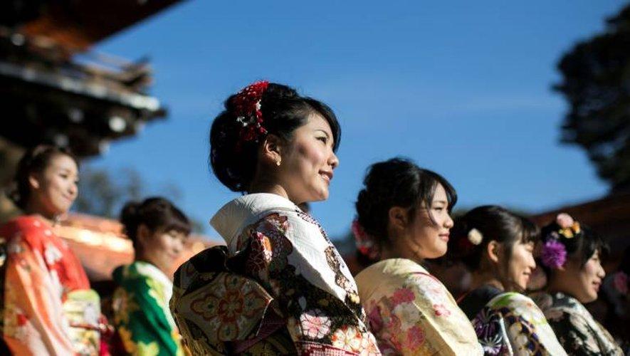Observé le deuxième lundi de janvier, ce rituel marqué par des cérémonies tirant leur origine chez les familles de samouraïs rassemble filles et garçons dont le 20e anniversaire est tombé l'année précédente ou arrivera avant le 31 mars.