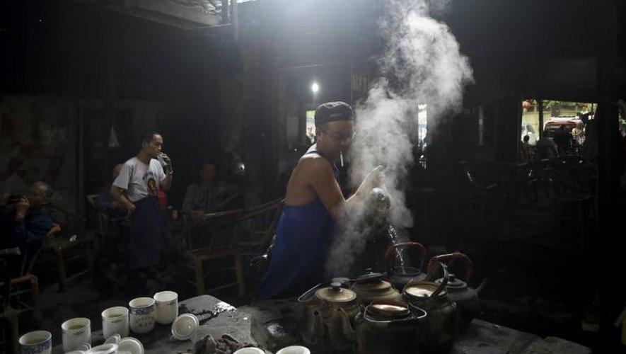 Préparation du thé à l'aube par Li Qiang, propriétaire d'une célèbre maison de thé à Chengdu, le 11 septembre 2016