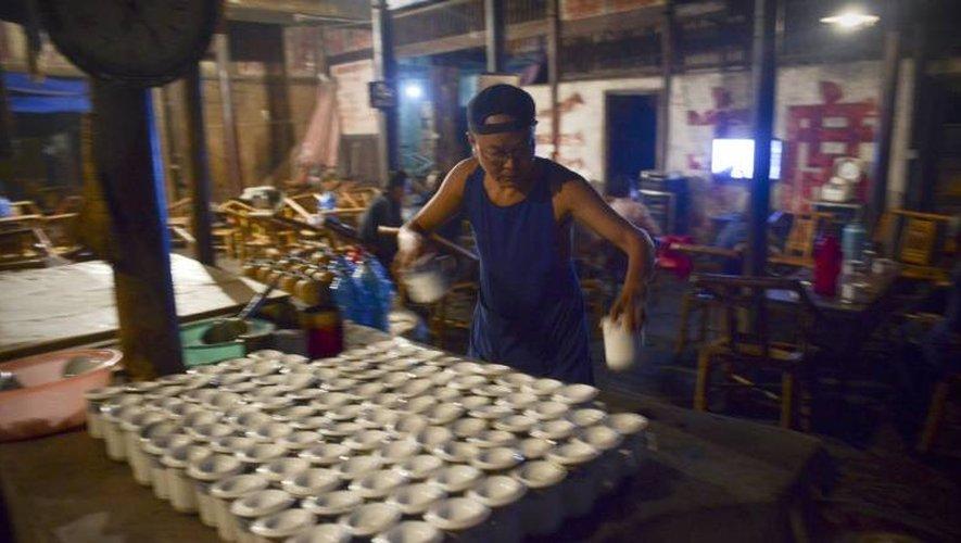 Li Qiang, prépare le 11 septembre 2016 le thé pour ses clients dans sa célèbre maison de thé à Chengdu